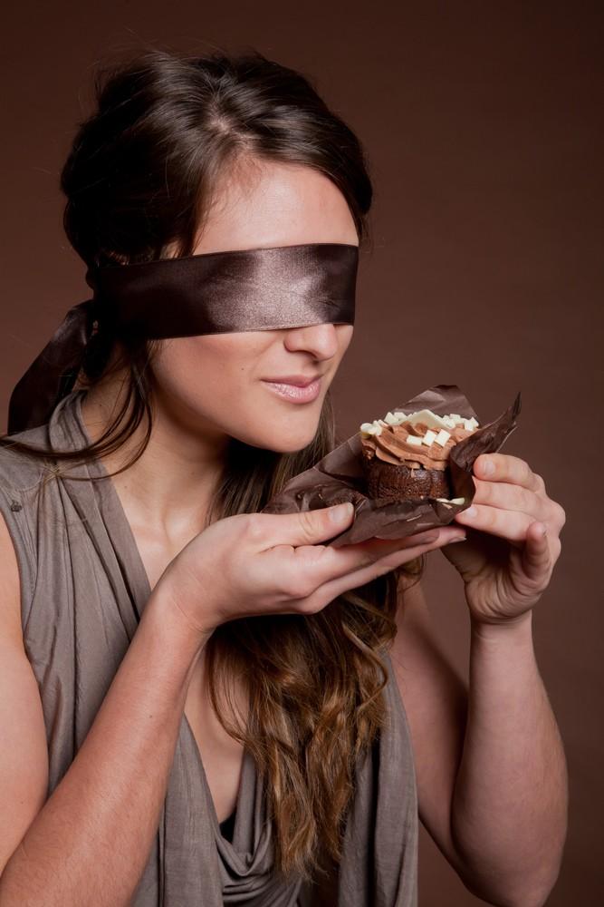 Blindfolded-Women-Eating-Cake
