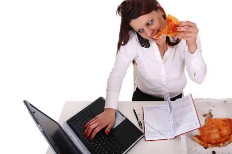 makan di meja kerja